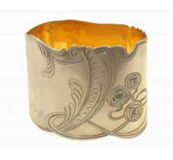 Кольцо для салфеток с резнымцветочным орнаментом.