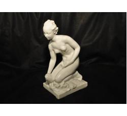 Статуэтка - женская фигура из белоснежного фарфора